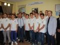 """Συλλογική φωτογραφία των μαθητών με τον Ιδρυτή, Καπτ. Παναγιώτη Ν. Τσάκο, τον Διευθυντή του Ιδρύματος, κ. Παύλο Καλογεράκη και τον Διευθυντή του «Σπιτιού της Μαρίας» κ. Εμμανουήλ Κουκούλη. All the boarders photographed with the Founder, Capt. Panagiotis N. Tsakos, the Foundation's Director, Mr. Pavlos Kalogerakis and """"Maria's House"""" Director, Mr. Emmanouil Koukoulis."""