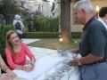 Η κα. Τζένη Συρρή-Χαννάκη υπογράφει αντίτυπα του βιβλίου της.